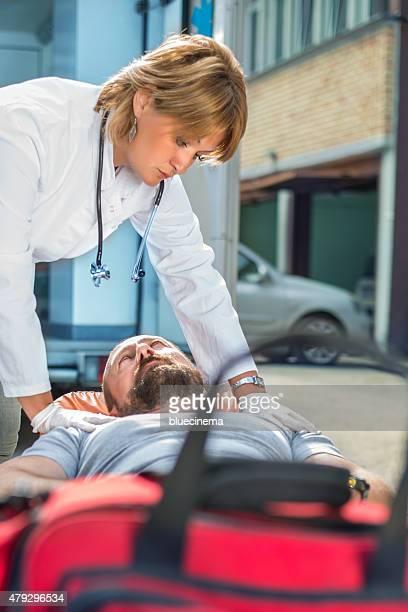 De emergencia médica personal lesionado hombre ayudando