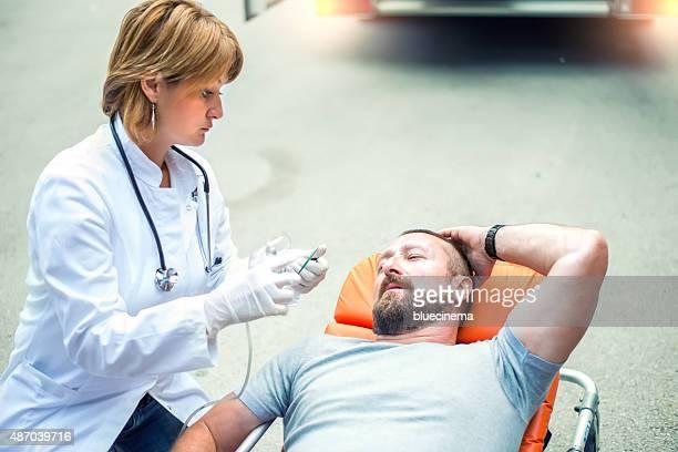Urgence médicale équipe aidant blessé homme