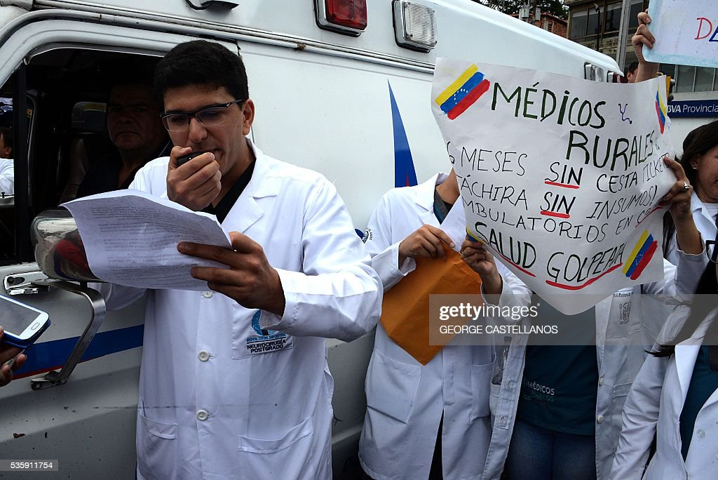 Medical personnel demonstrate in rejection of the policies conducted by the government of Venezuelan President Nicolas Maduro in the border town of San Cristobal on May 30, 2016. The shortage of medicines in Venezuela exceeds 85%, revealed the president of the farmaceutical federation of Venezuela, Freddy Ceballos. / AFP / George Castellanos