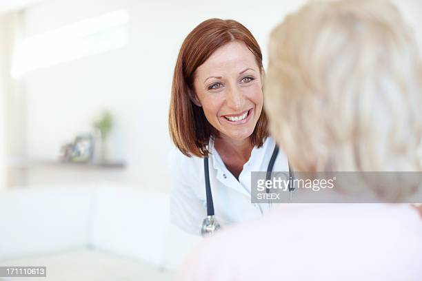Profesional médico con paciente