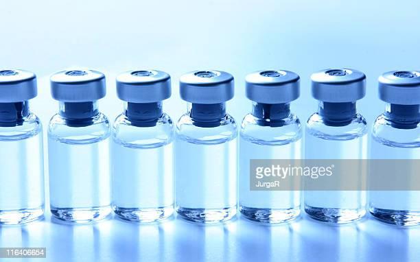 Medizinische Serie-Forscher mit Medikamente in einer Reihe