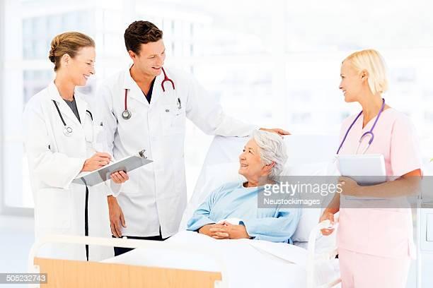 医療チームの患者イグザムの病院