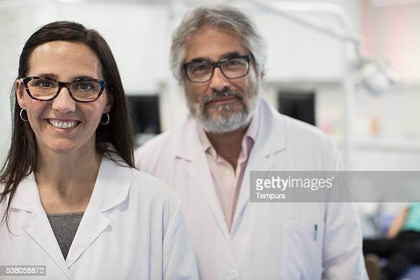 Medizinisches team Porträt in die Kamera schauend.
