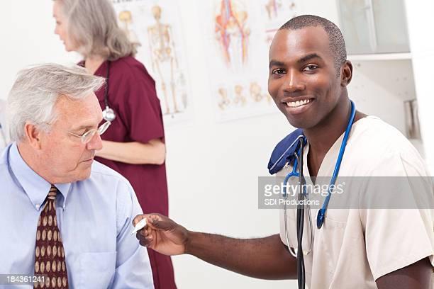 Trabajadores médicos tomar la temperatura del paciente