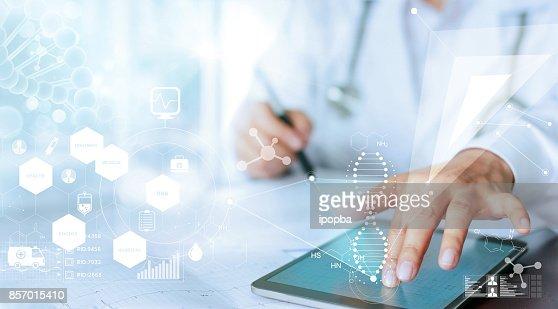 Main de docteur de médecine touchant l'interface ordinateur comme connexion réseau médical avec écran virtuel moderne, concept de réseau de technologie médicale : Photo