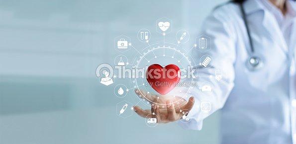 Arzt Hält Rotes Herzform In Der Hand Mit Medizinischen Symbol ...