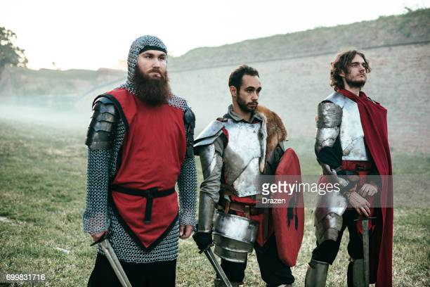 Mittelalterliche Krieger und Ritter stehen in Linie, die Burg zu schützen