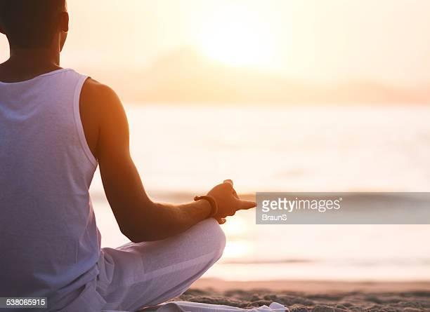 Méditation sur la plage.
