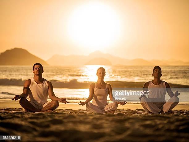 Méditation pendant les cours de yoga au coucher du soleil.