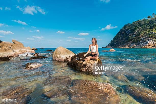 Meditieren Frau macht Yoga auf der Insel-Strand in Thailand
