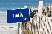 Meer, Strand, Urlaub und ein Schild mit dem Hinweis auf Reise nach Italien