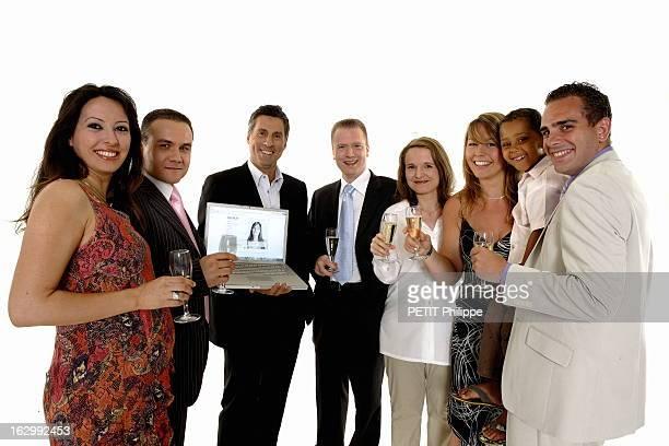 Meetic The Dating Website Photo studio Marc SIMONCINI le Pdg de MEETIC un ordinateur portable dans les mains posant entouré de couples qui se sont...