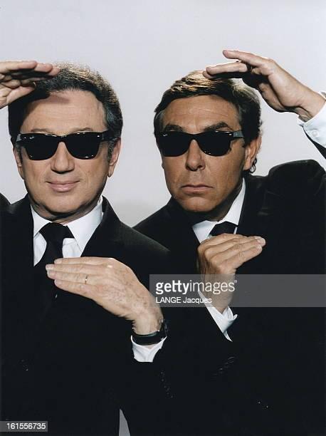 Meeting Michel Drucker Jeanpierre Foucault Photo studio plan de face de JeanPierre FOUCAULT et Michel DRUCKER tous deux en costume cravate et...
