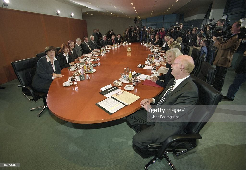 Meeting of the new federal cabinet, in the foreground Peter STRUCK ( SPD ), federal minister of defence.