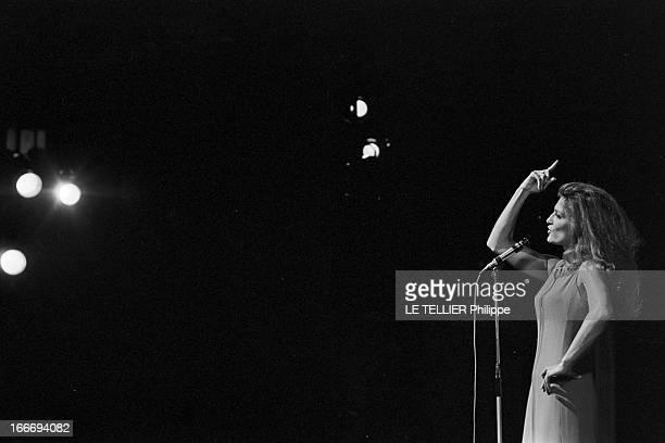 Meeting With Singer Dalida Rehearsing For The Olympia Le 04 octobre 1967 attitude de la chanteuse DALIDA se produisant a l'Olympia devant un micro un...