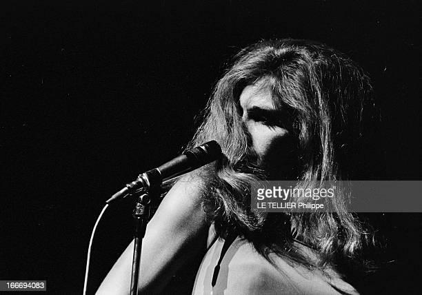Meeting With Singer Dalida Rehearsing For The Olympia Le 04 octobre 1967 attitude de la chanteuse DALIDA se produisant a l'Olympia devant un micro...