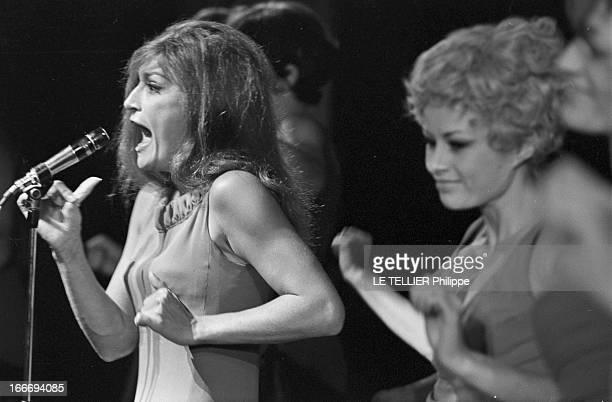 Meeting With Singer Dalida Rehearsing For The Olympia Le 04 octobre 1967 attitude de DALIDA se produisant à l'Olympia chantant devant un micro...