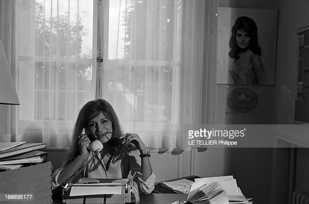 Meeting With Singer Dalida Rehearsing For The Olympia Le 04 octobre 1967 la chanteuse Dalida se produit a l'Olympia Dans son bureau souriante devant...