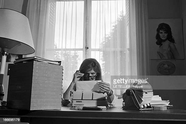 Meeting With Singer Dalida Rehearsing For The Olympia Le 04 octobre 1967 la chanteuse Dalida se produit a l'Olympia Dans son bureau devant une...