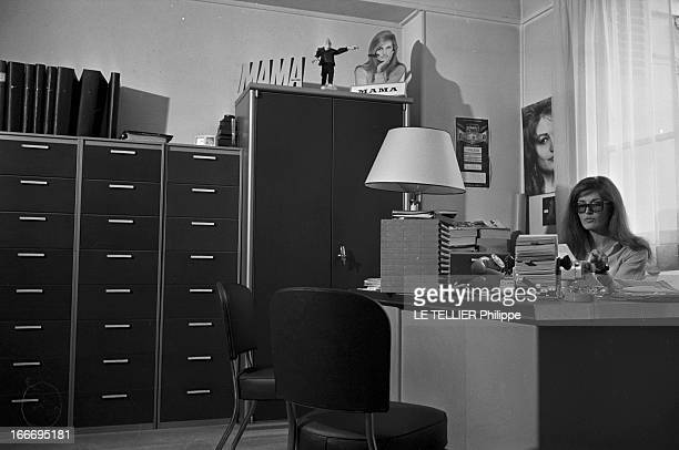 Meeting With Singer Dalida Rehearsing For The Olympia Le 04 octobre 1967 la chanteuse Dalida se produit a l'Olympia Ici dans son bureau devant une...