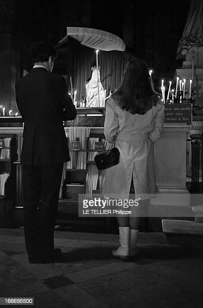Meeting With Singer Dalida Rehearsing For The Olympia Le 04 octobre 1967 la chanteuse DALIDA se produit a l'Olympia Ici vue de dos à droite dans une...