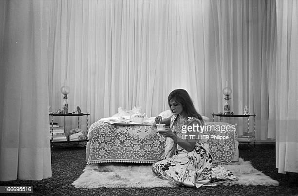 Meeting With Singer Dalida Rehearsing For The Olympia Le 04 octobre 1967 la chanteuse DALIDA se produit a l'Olympia Avant le spectacle chez elle dans...