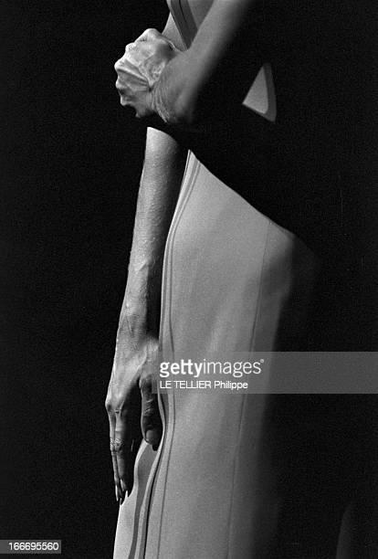 Meeting With Singer Dalida Rehearsing For The Olympia Le 04 octobre 1967 gros plan sur les bras de la chanteuse DALIDA sur scène a l'Olympia
