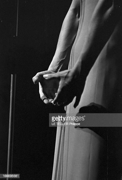 Meeting With Singer Dalida Rehearsing For The Olympia Le 04 octobre 1967 gros plan sur les bras et les mains jointes de la chanteuse DALIDA sur scène...