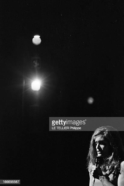 Meeting With Singer Dalida Rehearsing For The Olympia Le 04 octobre 1967 la chanteuse Dalida se produisant sur scène a l'Olympia un micro à la main...