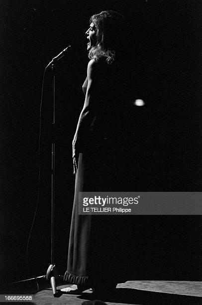 Meeting With Singer Dalida Rehearsing For The Olympia Le 04 octobre 1967 silhouette de dos de la chanteuse DALIDA se produisant sur scène à l'Olympia