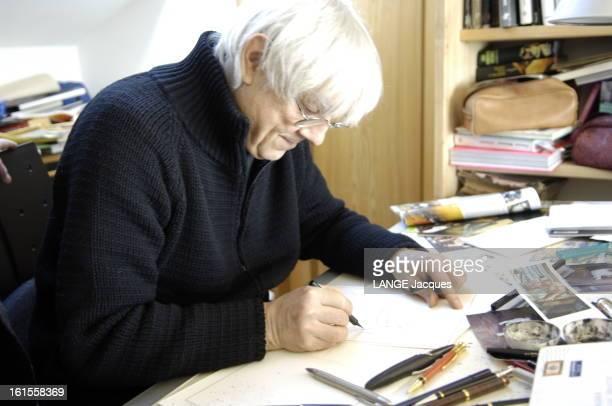 Meeting Wolinski Manara Attitude de profil de Milo MANARA dessinant à sa table de travail dans son atelier de VERONE