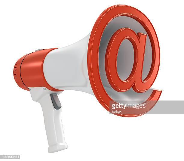 Porte-voix avec le symbole @- concept envoyant un e-mail à