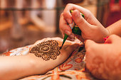 drawing a pattern mehndi