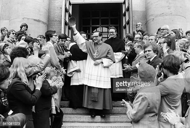 Meisner Joachim Kardinal *Bischof von Berlin und Brandenburg D begruesst Gemeindemitglieder in OstBerlin anlaesslich seiner Amtseinführung als...