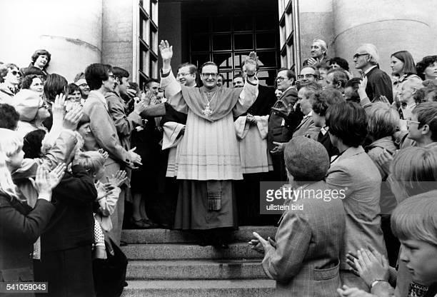 Meisner Joachim Kardinal *Bischof von Berlin und Brandenburg begruesst Gemeindemitglieder in Berlin/DDR anlaesslich seiner Amtseinfuehrung 1980