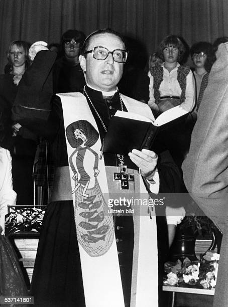 Meisner Joachim Kardinal Bischof von Berlin und Brandenburg waehrend eines Gottesdienstes 1981