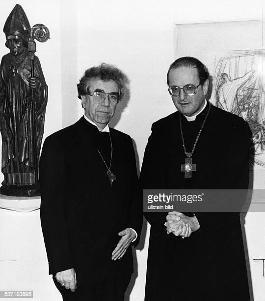 Meisner Joachim Kardinal Erzbischof von Koeln D mit seinem evangelischen Amtsbruder Bischof Martin Kruse im Haus des evangelischen Konsistoriums in...