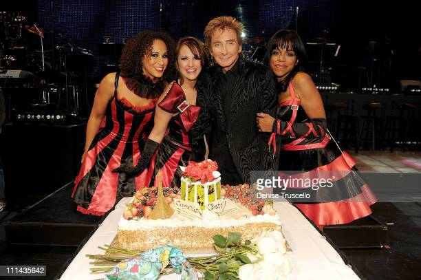 Melanie Nyema Keely Vasquez Barry Manilow and Muffy Hendrix celebrate the first anniversary of Barry Manilow's show at Paris Las Vegas on April 1...