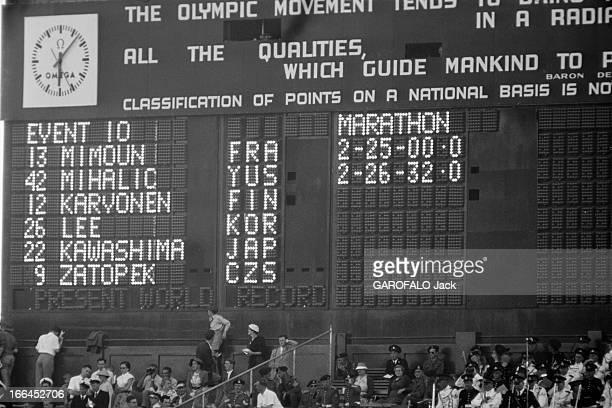 Melbourne Olympic Games 1956 A Melbourne en Australie les XVIèmes Jeux Olympiques d'été du 22 novembre au 8 décembre le panneau d'affichage du...