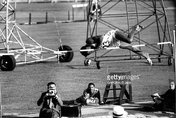 Melbourne Olympic Games 1956 Les JO de Melbourne 1956 Saut en hauteur l'Américain Charles DUMAS 19 ans champion du 'rouleau ventral' remporte le...