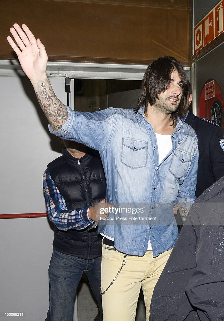<a gi-track='captionPersonalityLinkClicked' href=/galleries/search?phrase=Melendi&family=editorial&specificpeople=4644180 ng-click='$event.stopPropagation()'>Melendi</a> signs copies of his new album 'Lagrimas desordenadas' at Los Prados Store on November 17, 2012 in Oviedo, Spain.