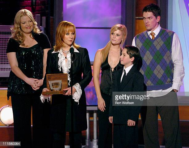 Melissa Peterman Reba McEntire Joanna Garcia Mitch Holleman and Steve Howey