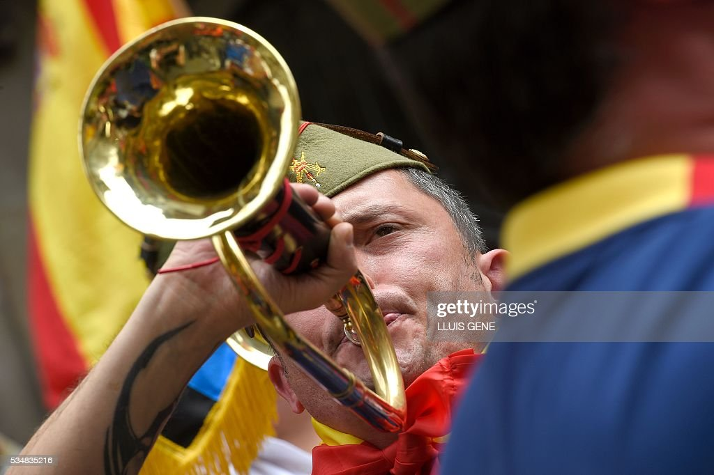 A member of 'La Hermandad de Caballeros Legionarios de Barcelona' (Brotherhood of the Knights Legion of Barcelona) plays a bugel during a demonstration in support of the Spanish army on May 28, 2016 in Barcelona. / AFP / LLUIS