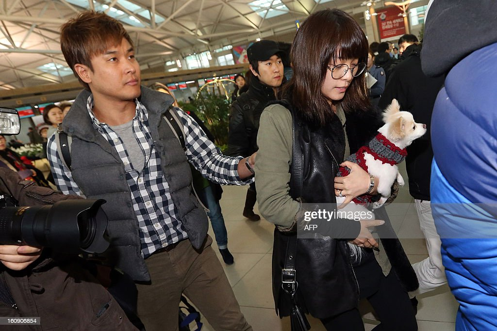 Member of South Korean girl band Wonder Girls Sunye (R) leaves to Canada with her husband (L) on February 7, after performing at closing ceremony for January 29-February 5 Pyeongchang Special Olympics. Sunye got married last month for the first time among still-active idol stars. REPUBLIC