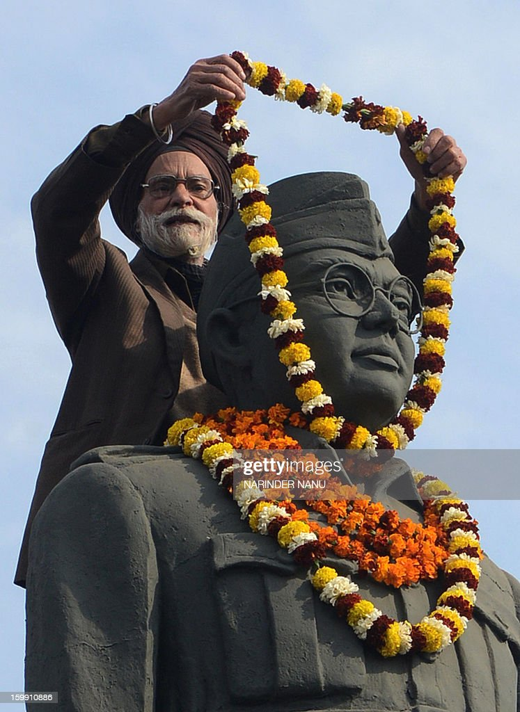 Member of the All India Azad Hind Fauj Freedom-Fighters Successors Association,Santokh Singh (C) offers a garland to the statue of freedom fighter, Netaji Subhash Chandra Bose in Amritsar on January 23, 2013, as part of celebrations for his 116th birth anniversary. Bose was a prominent Indian nationalist leader who attempted to gain India's independence from British rule by force during the waning years of World War II. AFP PHOTO/NARINDER NANU