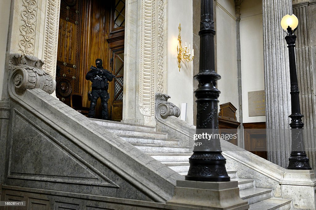 A member of the French special police forces (GIPN and RAID) secure Lyon's criminal court, on April 2, 2013, on the openning day of Christophe Khider and Omar Top El Hadj's trial. They are judged for having escaped from jail using explosives and taking hostages two prison staffs. AFP PHOTO / JEFF PACHOUD