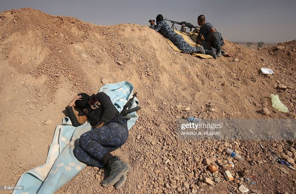TOPSHOT - A member of the Iraqi forces rests on the front line near the village of Sin al-Dhuban, south of Mosul, on October 27, 2016, during an operation to retake the main hub city from the Islamic State (IS) group jihadists. A US general told AFP that between 800 and 900 Islamic State group fighters have been killed since the Iraqi-led operation to recapture Mosul from the jihadists began. / AFP / AHMAD