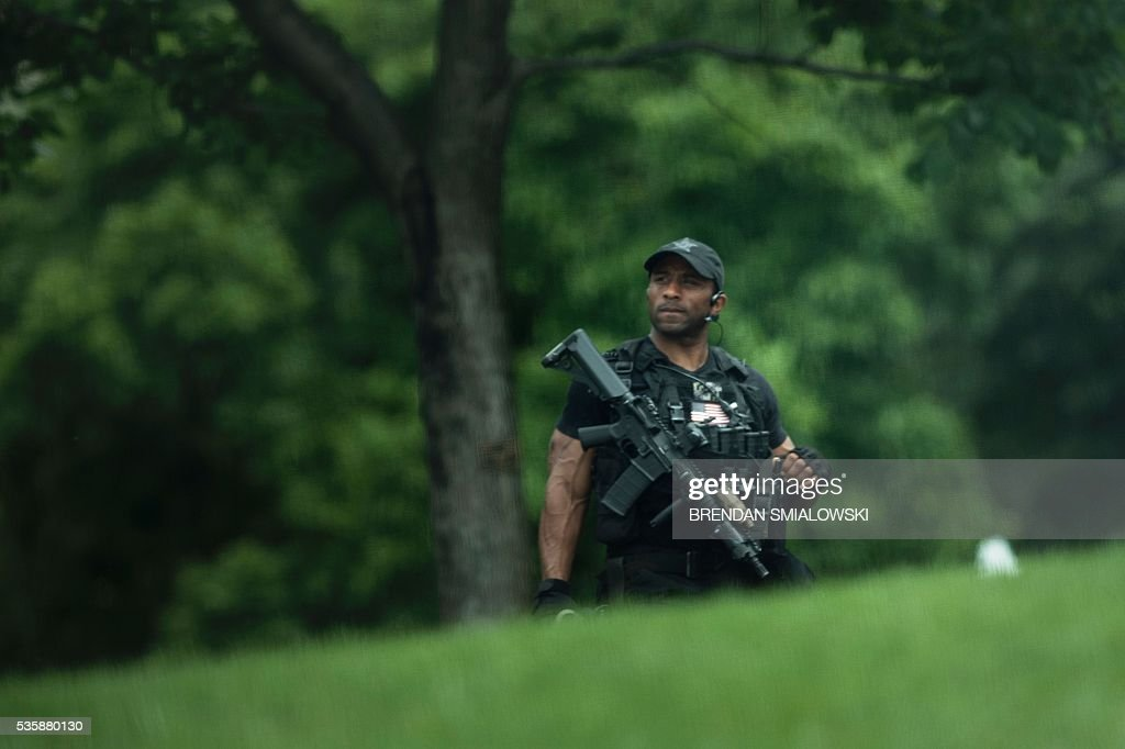 A member of the Secret Service is seen during a security lockdown of the White House grounds May 30, 2016 in Washington, DC. / AFP / Brendan Smialowski