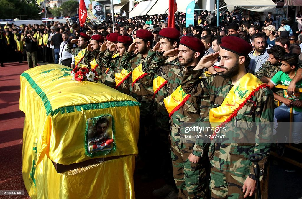 Members and supporters of Lebanon's Shiite militant group Hezbollah carry the coffin of Mohammed Ibrahim Hamza who was killed fighting in Syria, during his funeral in the southern Lebanese town of Sharqiyeh, on June 27, 2016. / AFP / MAHMOUD