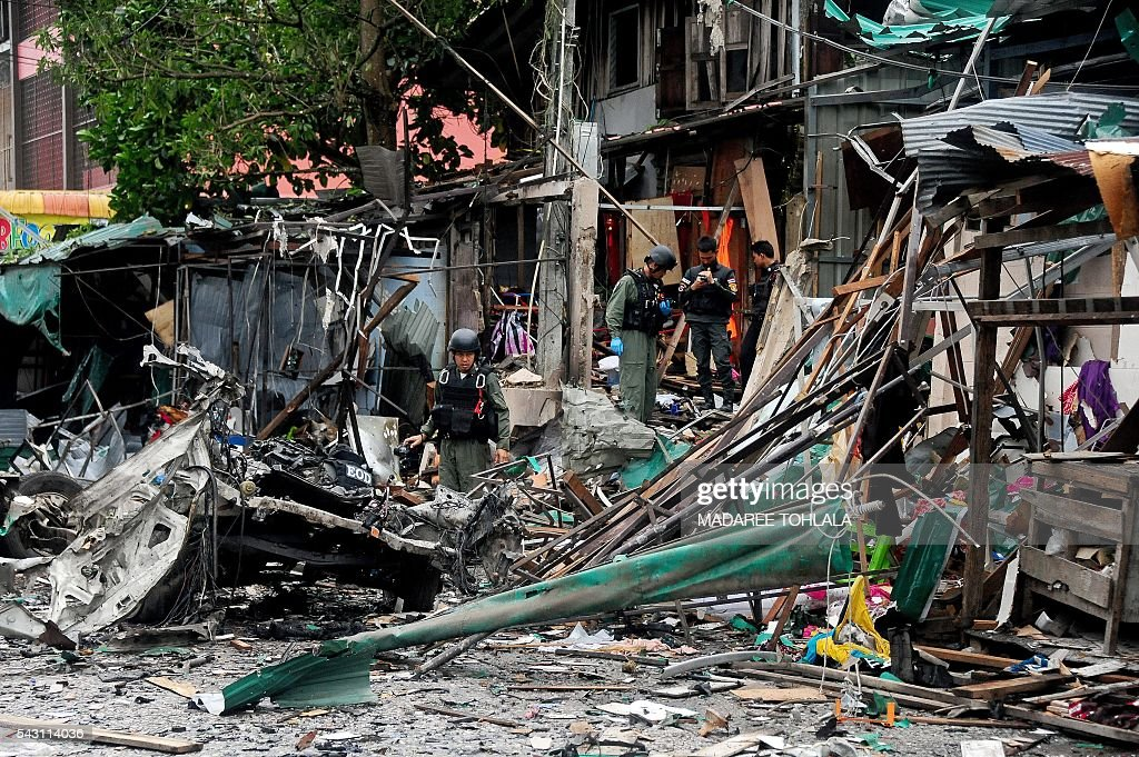 Members of a Thai bomb squad inspect the site of a car bomb blast triggered by suspected separatist militants in the Sungai Kolok district of Thailand's restive southern province of Narathiwat on June 26, 2016. More than 6,500 people have been killed -- the majority civilians -- since 2004 in clashes between militants and security forces from Thailand's Buddhist-majority state. / AFP / MADAREE